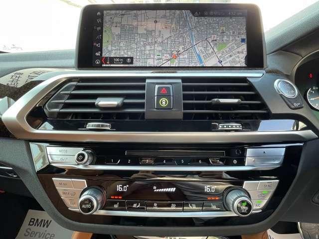 純正のHDDナビになります。ナビゲーションのほかにも携帯機器など様々なメディアに接続が可能となります。