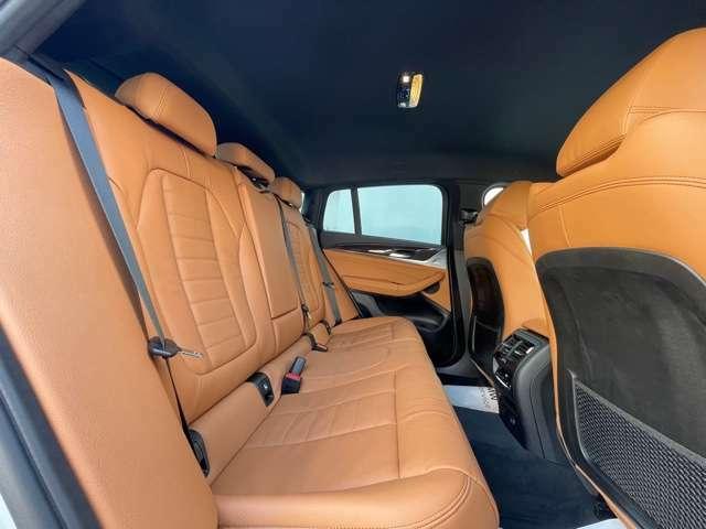 後部シートも座面が大きく設計されております。ドイツ本国では長距離移動の際に疲れにくい設計で作られております。長距離移動には最適なシートでございます。