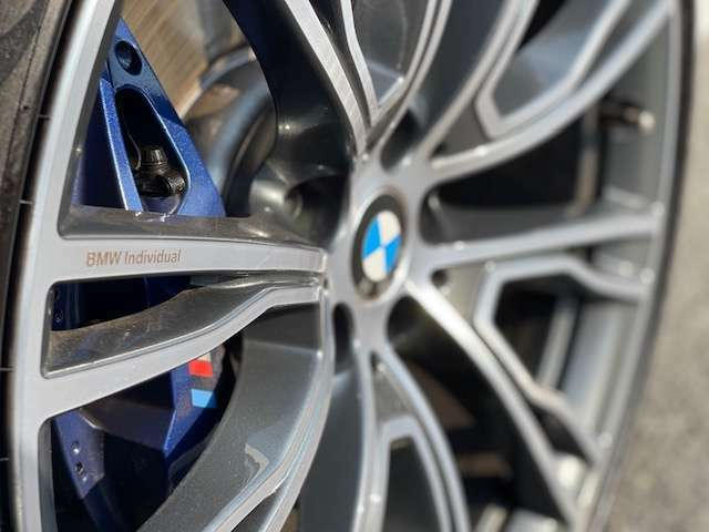 BMWの純正アロイホイールは軽量かつ強度にも優れているホイールで走行性能を引き上げる設計になっております。足元にもBMWは妥協がなくこだわっている個所になります。