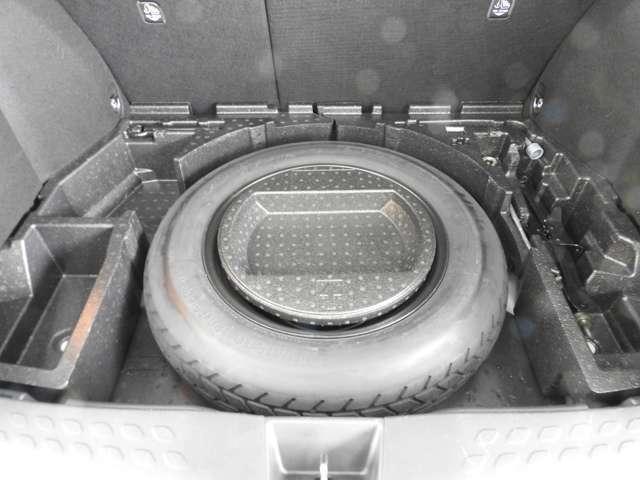 ラゲージマットの下に応急用スペアタイヤが有ります。