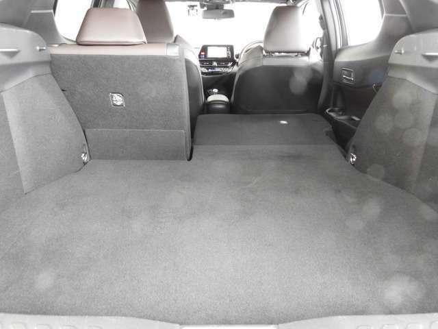 リヤシートは左右分割可倒式なので用途に合わせて使えます。