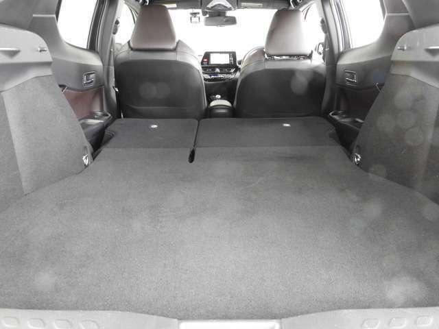 リヤシートを左右前に倒せば長尺物や大きな荷物が積載出来ます。