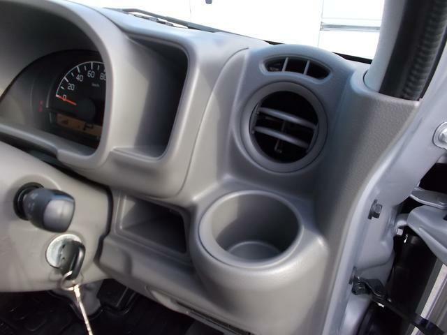 運転席ドリンクホルダー☆ペンや小物入れとして使うのもいいですよ☆メーター横のスペースはインパネアッパーポケット☆メジャーや荷札入れに☆収納スペースがたくさんあるエブリイなら車内がすっきりです☆