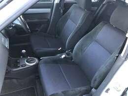 助手席側のシートも写真の通りキレイな状態です♪前列シートリフターがついておりますので座面の高さ調整もお好みに変えます♪長時間乗車しても疲れにくい車両となっております♪