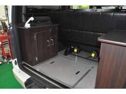 リア家具廻りは強度試験にクリアしたステンレス式床下収納(排水口付き)、シャワー型給水蛇口、シンク、簡易カセットコンロ完備♪