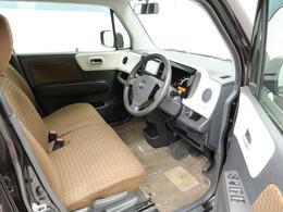 手荷物の多い女性には嬉しいベンチシート。運転席から助手席への移動も楽ちんですよ。