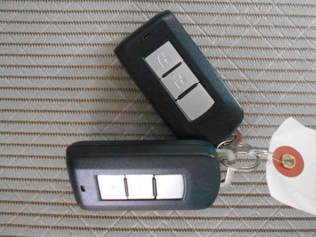 インテリジェントキー装備。鍵を差し込まなくてもエンジンの始動が可能。ドアノブ個所のボタンを押す事により、リモコン操作する事無く開閉が出来ます鍵を出す必要が無く、お子様連れの方や悪天候の日に便利です