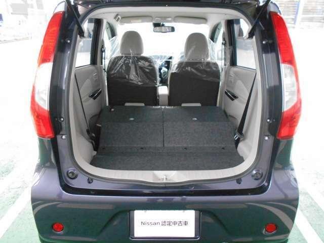 後部座席。後部座席は前後スライド機能・左右独立可動式です。大量のお荷物でもご安心下さい。