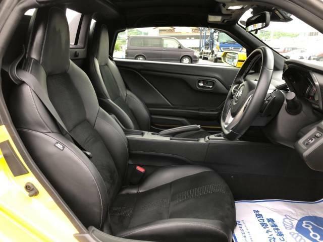高級感たっぷりの「ブラックレザーシート」!!汚れが目立ちにくく、さらに高級感を与えてくれるので、優雅にドライブをお楽しみいただけます♪座り心地もバッチリです☆是非一度ご体感下さいませ!!