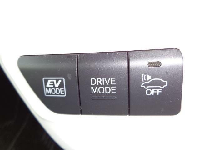 優先的にEV走行を行うようになるEVモードの切り替えスイッチや「ノーマル」「エコ」「パワー」の3つの走行モードを切り替えるDRIVE MODEスイッチ、車両近接通報装置のスイッチです