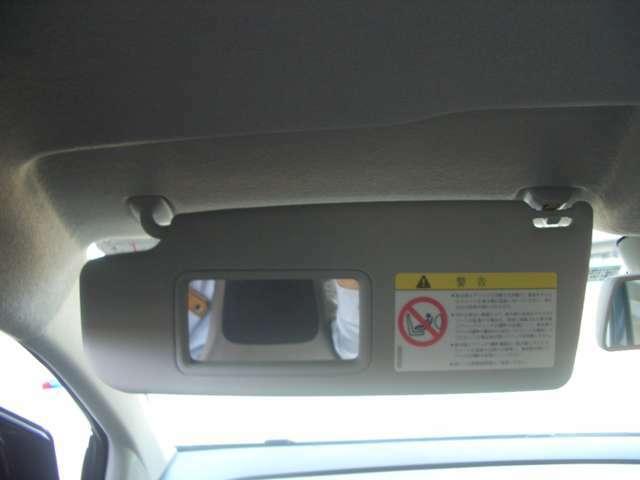 助手席にバイザーミラー装備でちょっとした身だしなみチェックに便利です。