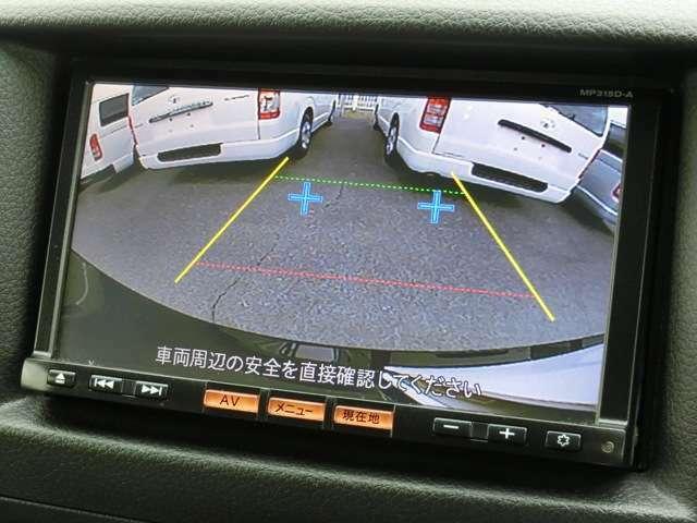 後方の安全確認や駐停車などに便利な純正カラーバックモニターが装備されています。