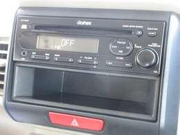 N-BOXスラッシュに付いているオーディオはホンダ純正1DINCDチューナー(CX-154C)が装着されております。CDプレーヤー・AM/FMチューナー付です。お好みの音楽を聞きながらのドライブは楽しさ倍増ですね!