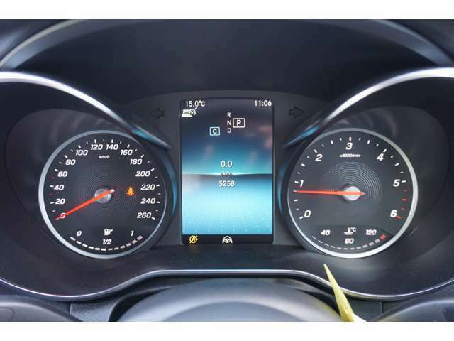 メーターパネルには、速度計、タコメーター、ナビゲーションの案内などドライビングに必要な情報を見やすくカラー表示します。