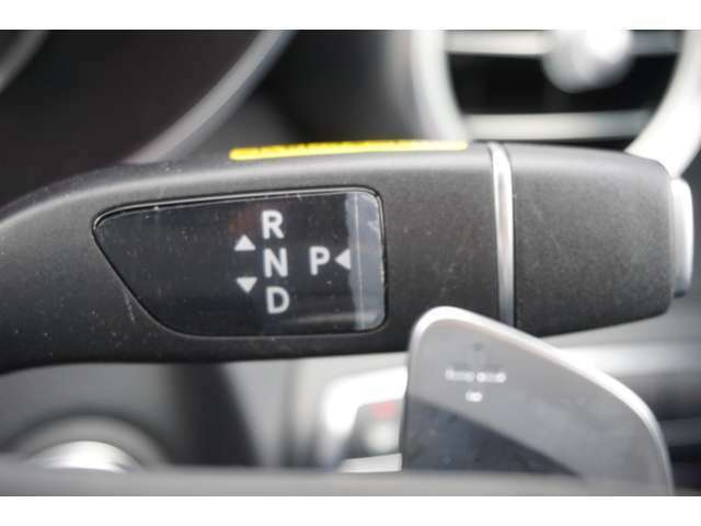 ステアリングコラムのセレクターレバーでシフトポジション(P/R/N/D)の切り替えが可能。パドルシフトと併せ、すべてのシフト操作が指先で簡単かつスムーズに行えます。