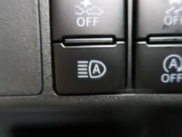 「自動ハイビーム(オートマチックハイビーム)」は、先行車や対向車のライトを認識し、ヘッドライトの上下の向きを自動で切り替えます☆