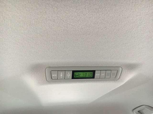 ☆後席リアヒーター付きはセカンドシート天井にこの液晶AUTO操作パネルがあります。上級グレードや新車時に追加メーカーオプションの寒冷地仕様にしかありませんのでこの装備は必見です!天井も美しい状態です。