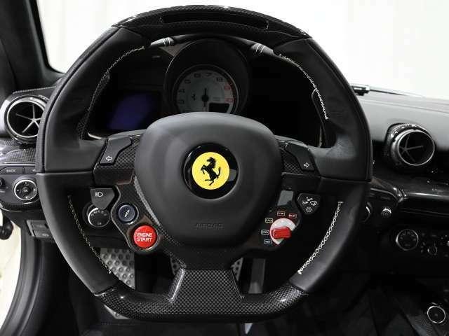 ウインカーやワイパーなどの操作系が集約されたステアリングホイールです。走行モードはステアリング上のダイヤルで5段階より選択が可能です。