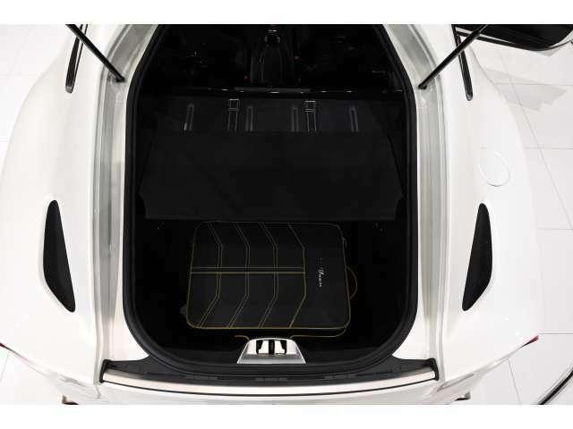 トランクスペースは十分な容量があります。セパレーターは簡単に取り外しができ、ゴルフバッグなどの長いお荷物も積み込みが可能です。(画像のバッグは付属しません)