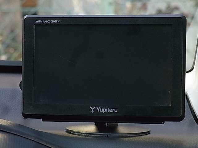 ナビゲーションシステム[地デジTV内蔵/各種取締情報収録]装備♪全面UVカット機能付きガラスや運転席&助手席バニティーミラー、マップランプ、チルトステアリング機構など快適装備も充実しております!!