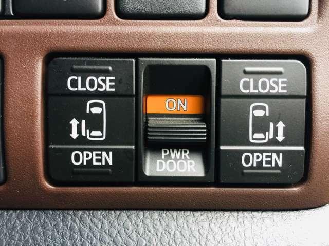 【 両側パワースライドドア 】小さなお子様でもボタンひとつで楽々乗り降り出来ます♪駐車場で両手に荷物を抱えている時もボタンひとつで自動で開いてくれますので、ご家族でのお買い物にとっても便利な装備です♪
