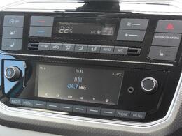 Volkswagen純正インフォテイメントシステムComposition Phone.そしてフルオートエアコンディショナー(アレルゲン除去機能付)で夏も冬も快適な室内。運転席助手席にシートヒーターも装備されています。
