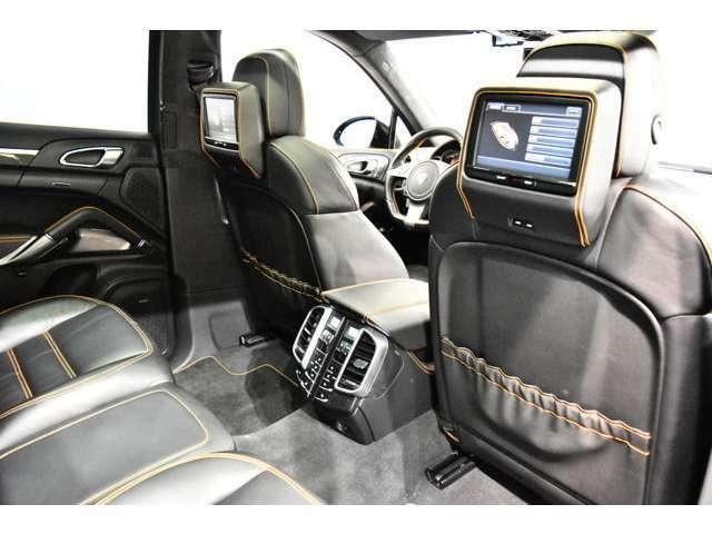 フロント/リアフォグランプ、プロジェクター式ヘッドランプ、トラクションコントロール、イモビライザー、オンボードコンピューター、室内センサー付盗難防止アラームシステム、12Vアウトレットソケット、ABS