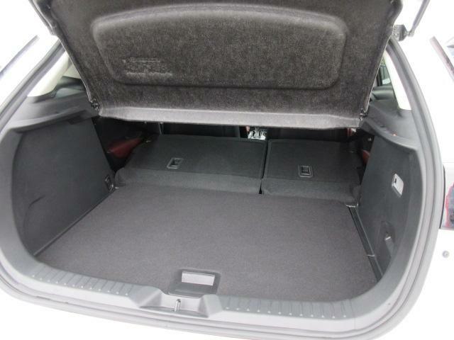 後部座席を倒せばたくさんの荷物を積めるフラットなラゲッジスペースになります◎