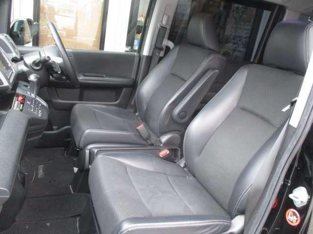 運転席側シート 使用感少なく綺麗です ハーフレザーシートとなっております!