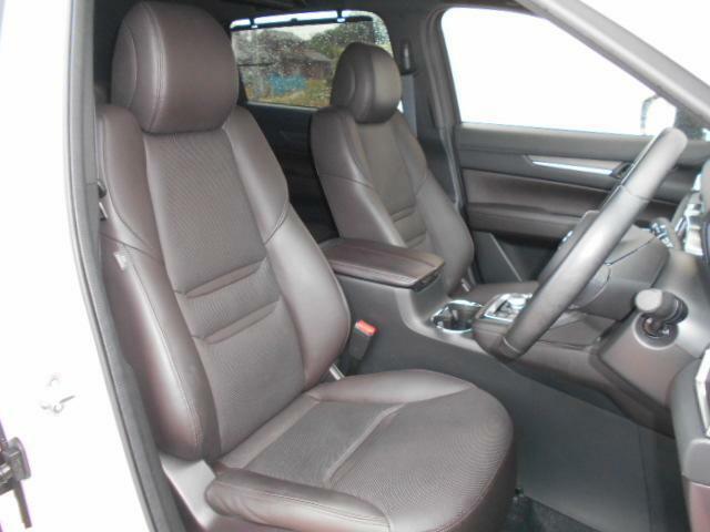 フロントシートは心地よいフィット感と程よいホールド性能を両立させ、今までになく快適にドライブを楽しんでいただける、マツダ自慢のシートです!シートヒーター&シートベンチレーション機能付きです。