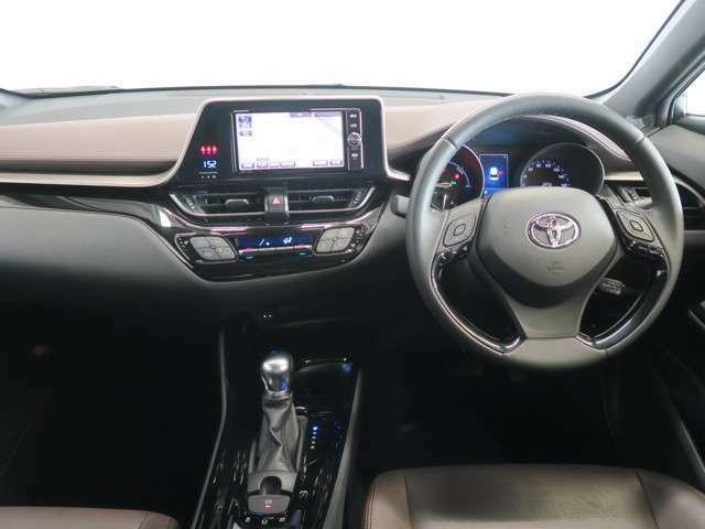 こちらが運転席の眺めです♪本革巻きハンドルが高級感を演出。