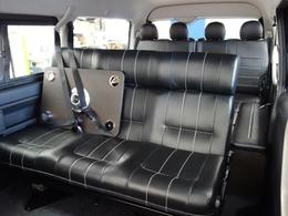 オリジナル内装架装「アレンジAS」専用の3人掛けベンチシートはフルフラットや対面にもアレンジ可能です♪