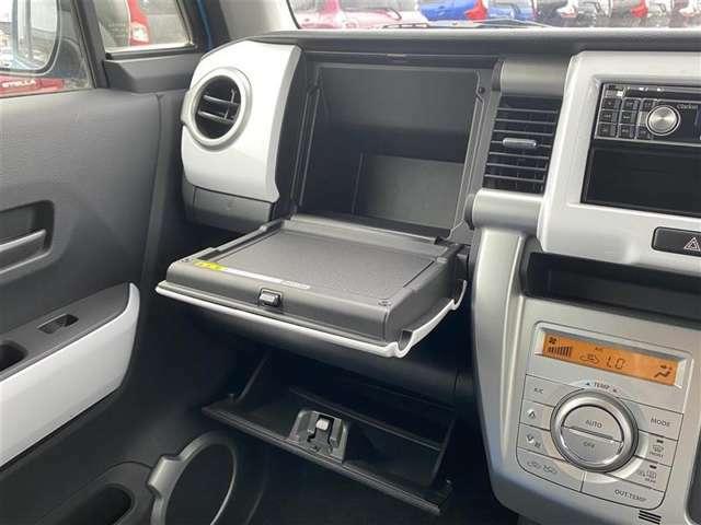 充実の小物入れですね。 ついつい、車内に貯めがちの物も小物入れがあれば綺麗に収納できますね。詰め過ぎには注意してくださいね。