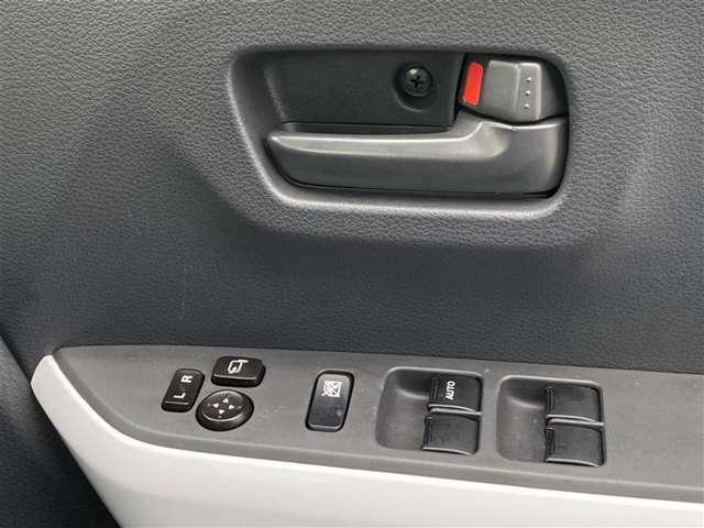 パワーウィンドウのスイッチです。運転席に居ながら助手席の窓を開け閉めできるので便利ですよ。ロック機能も付いてるので子供がイタズラして窓を開けるという事もできなくできますよ。