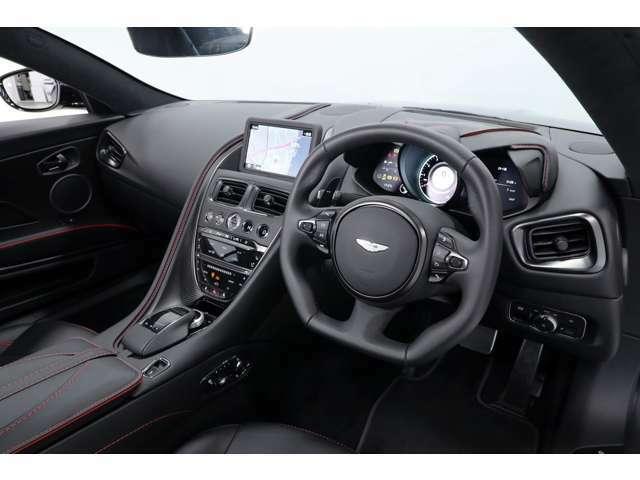 シートの調整は、センターコンソール脇に設置されたボタンで行います。オプションのシートヒーターが装備されており。冬でも快適なドライブが行えます。