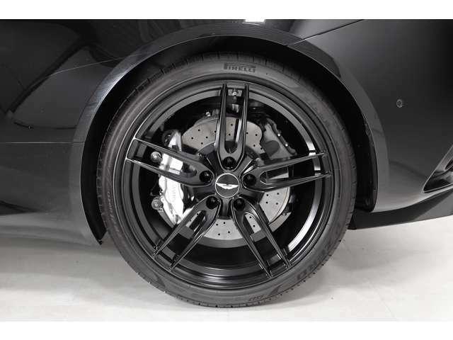 タイヤサイズはF:265/35ZR21、R:305/35ZR21です。
