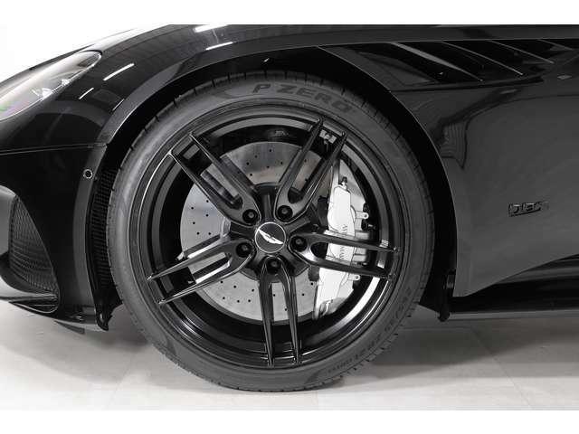 オプションの21インチ軽量鍛造ツインスポークホイールが足元を引き締めます。