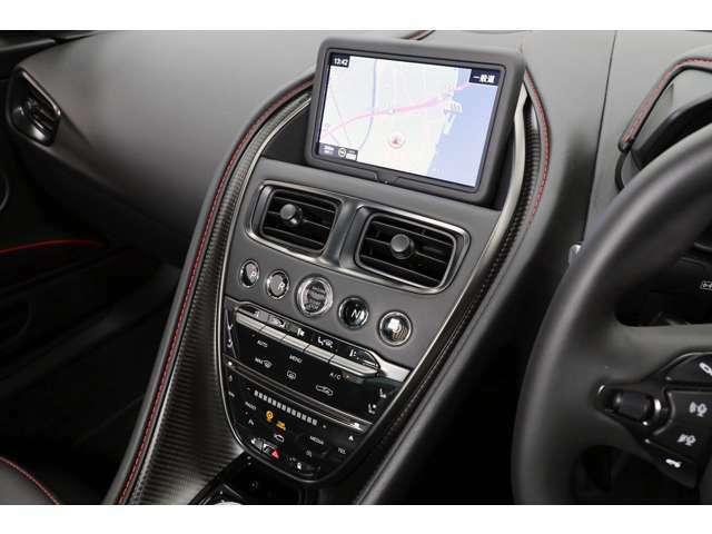 センターコンソールにエンジンスタート/ストップボタンがあり、その両側にシフトを選択するボタンが配置されております。