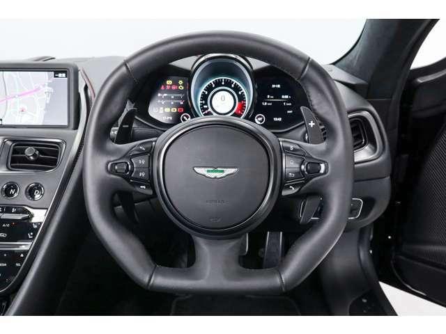 メーターには車両情報インフォメーションが表示されます。タコメーター・スピードメーターは走行モードに応じてデザインやカラーリングが変更されます。