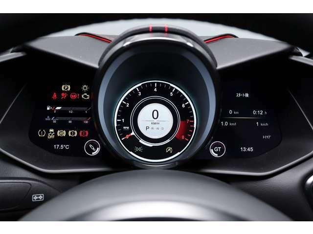 回転計と速度計は同心円となっており、外周がエンジン回転数、内周に速度がデジタルで表示されます。