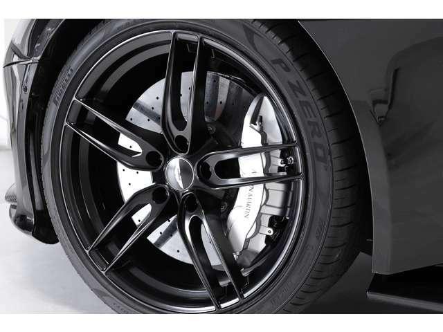 前後共にカーボンセラミック製ディスクブレーキが採用され、キャリパーは対向ピストンブレーキキャリパーで、前 6ピストン 後 4ピストンです。