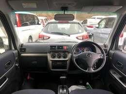 視認性や操作性を備えつつも先進的なデザインを追求した運転席まわり。