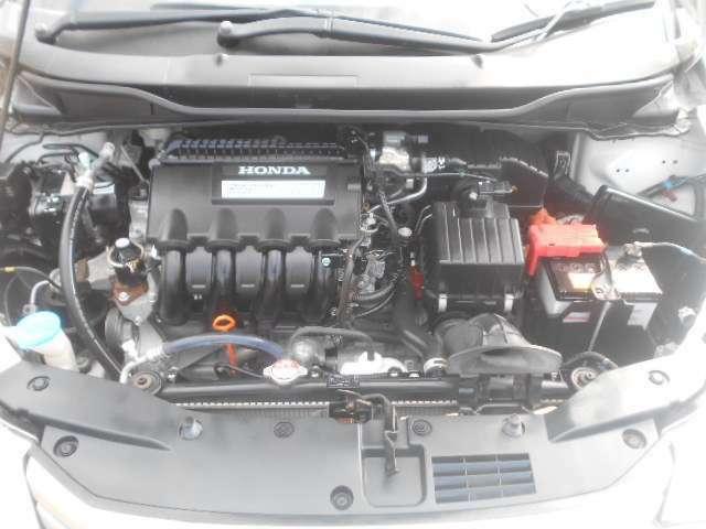 エンジンルームの汚れもキレイにクリーニング済!エンジンルームがキレイですと、不具合等の発見もしやすくコンディションのチェックや維持の面でとってもプラスです。フリーダイヤル0120-18-1190