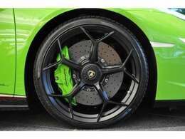◆ブレーキディスクはカーボンセラミックが標準で、フロントに6ピストン、リアに4ピストンのキャリパーが備わります◆