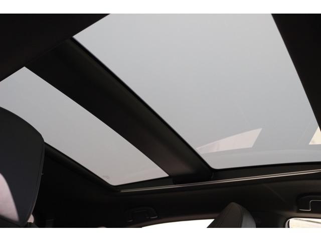 メーカーオプションの調光パノラマルーフ♪明るく開放的な空間になります♪調光モードで障子越しのような感じになります☆