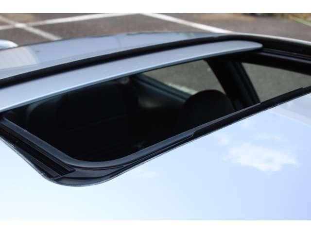 ボディーカラーはアークティックシルバー、新車時メーカーオプションのスライディングルーフ付です。詳しくは弊社ホームページをご覧下さいhttp://www.sunshine-m.co.jp