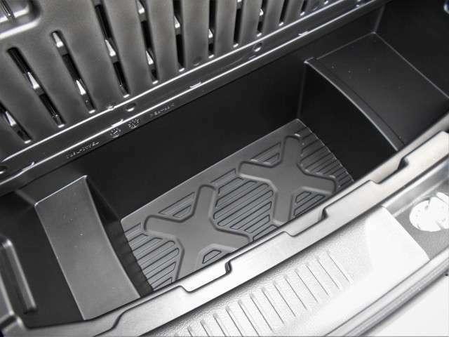 大容量のラゲッジアンダーボックス!丸洗いできるので、泥や砂で汚れたものを入れておくのに便利です。