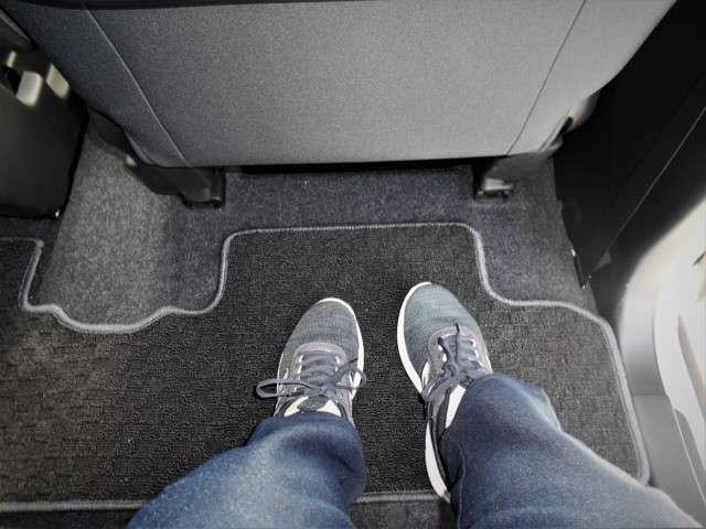 後席の足元です。なかなかに広い!