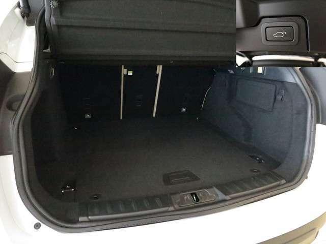 パワーテールゲート「重い荷物を持った状態でもワンタッチでテールゲートの開閉が可能です。」