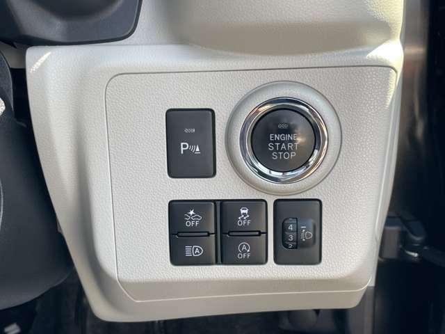 前後のコーナーセンサーやスマアシ等のスイッチ類は右側にまとまっています。